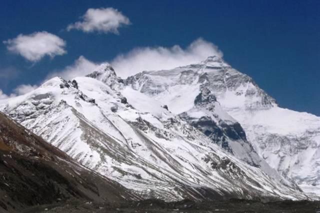 挑战珠峰有人摔倒,为什么了不能扶?当地人:真不是怕碰瓷