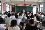 汝陽這位95后老師拄著拐杖來上課……