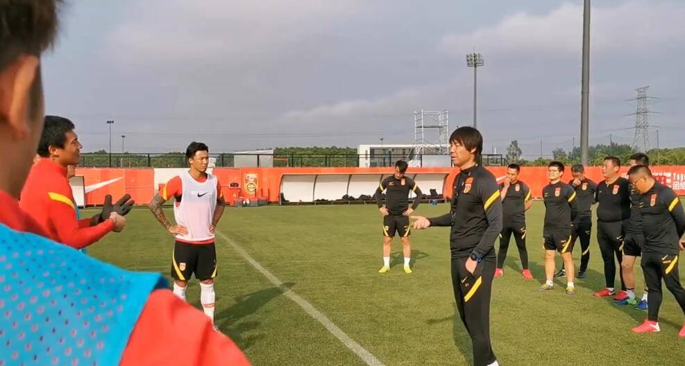 国足上海集训一日两练 李铁率队训练首次遭遇下