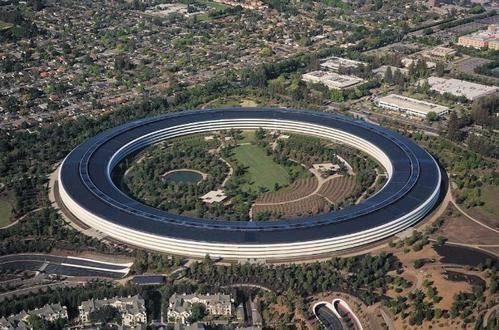 苹果公司在美国的总部 就像一艘巨大的宇宙飞船停在加利福尼亚的地面