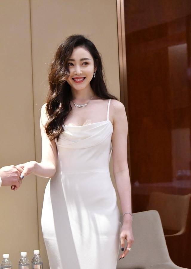 """迷人""""小腰精""""张天爱,身穿白色吊带连衣裙,仍挡不住好身材"""