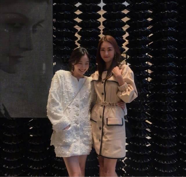 """""""韩剧女神""""金高银穿搭有气概!内搭连衣裙外披夹克,像起义少女"""