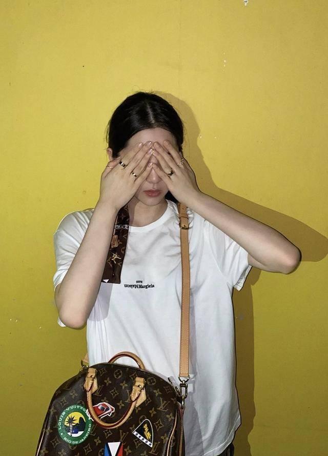 欧阳娜娜用丝巾扎马尾大玩复古风,穿白T+长裤虽简朴却满满超模气