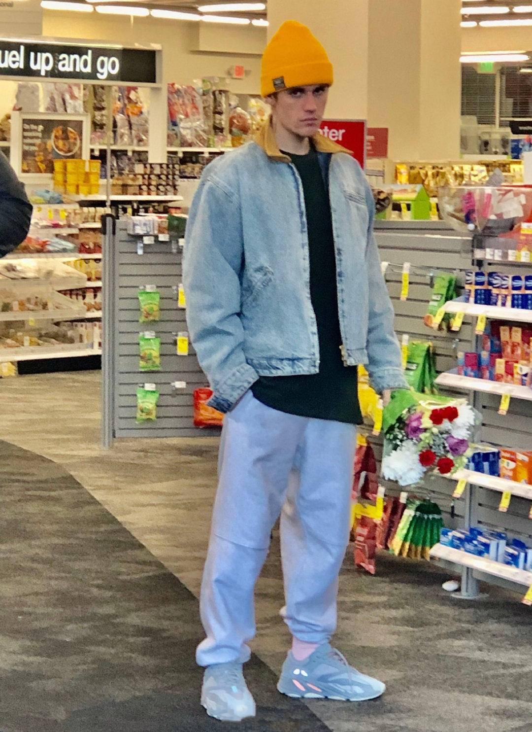 贾斯汀比伯现身陌头,穿连帽卫衣搭卡通短裤,戴毛线帽少年感十足