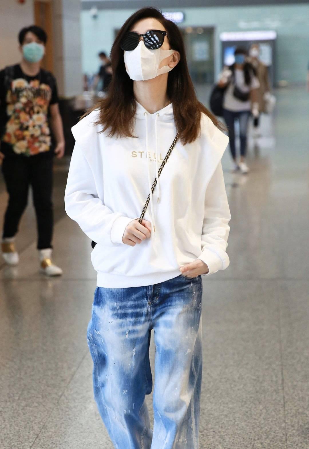 卫衣穿白色连帽卫衣配扎染牛仔裤,时髦感不像45岁佘诗曼现身机场