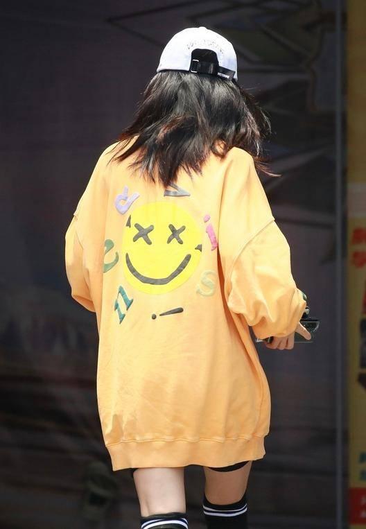 谢娜也太嫩了,一件黄色卫衣太青春,一点不像39岁的样子