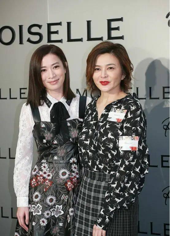 佘诗曼脸上褶子多,还穿背带裙装年轻,反而显得关之琳没那么老!