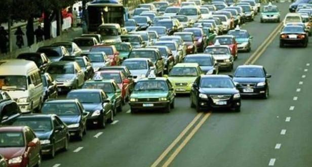 红绿灯路口, 前面的车突然坏了, 不想压实线绕行