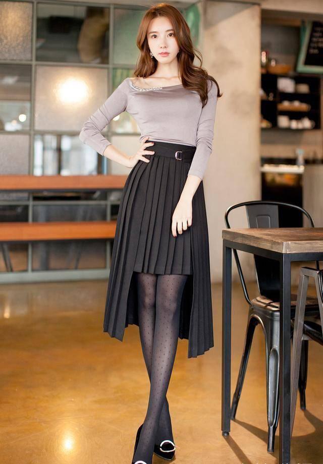 原创             看看金孝轩身上这件连衣裙,长袖拼接设计时尚又个性,穿上又很修