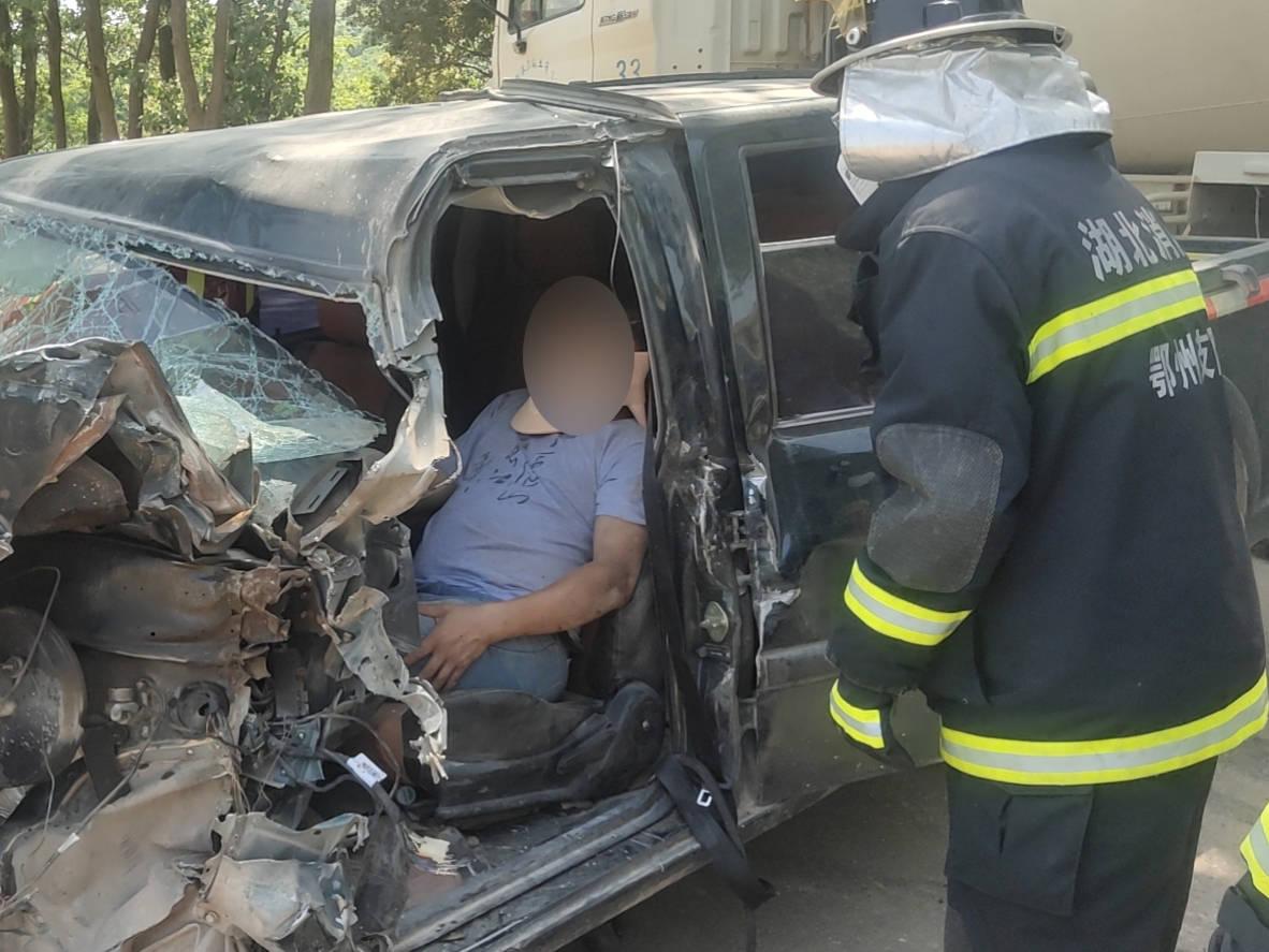 湖北鄂州:两车追尾导致1人被困消防成功营救被困司机