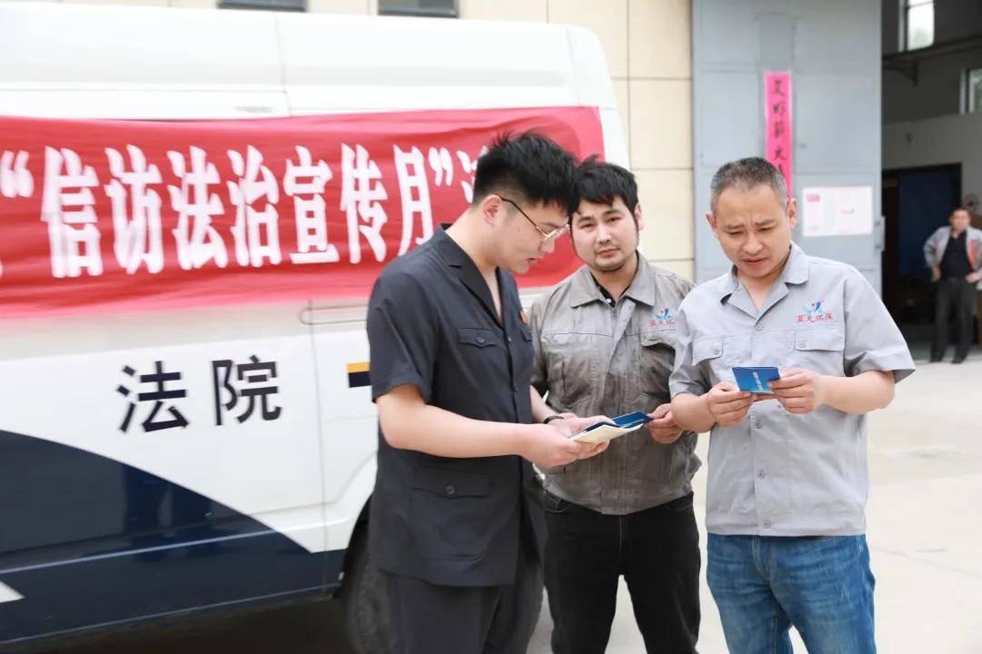 """江苏阜宁县人民法院干警深入企业、社区开展""""信访法治宣传月""""活动"""