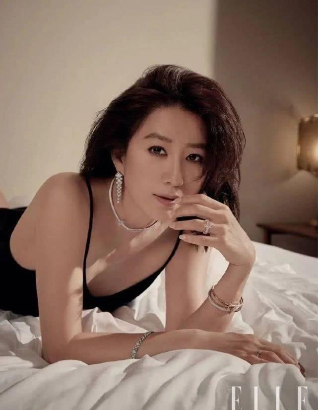御姐金喜爱大片曝光,纯白套装配小烟熏性感优雅,时尚感哪像53?