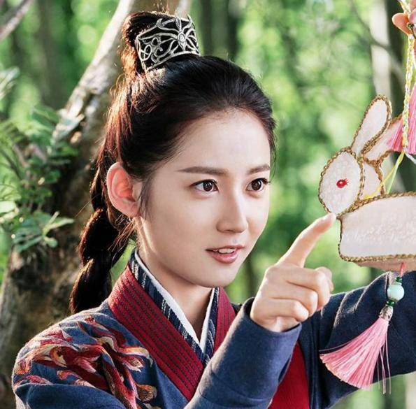 陈钰:遮住眼的杨幂一眼就被认出,而她却像个路人主角脸太重要
