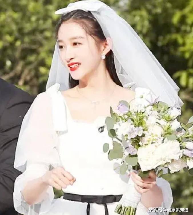 关晓彤婚纱造型,十分的动人又温柔,又美又可爱