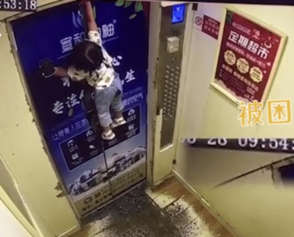 小命2岁女童因遛娃神器被挂电梯门上差点丢掉小命 足足