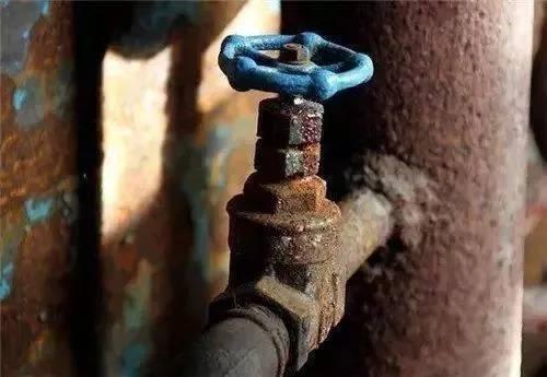 水管不清洗,沾满铁锈的水管里不清洗流出的水,有多少人敢喝?