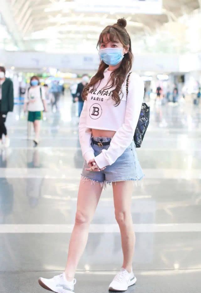 36岁金莎现身机场,穿露腰T恤配短裤太甜蜜,龙须发型减龄太像18