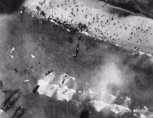 """美国士兵跳伞""""装死""""躲过一劫,74年后,降落伞依旧挂在教堂上"""