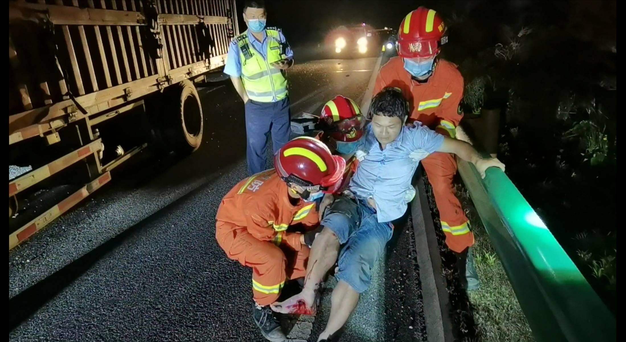 湖北麻城:司机深夜犯困致货车追尾,消防快速解救