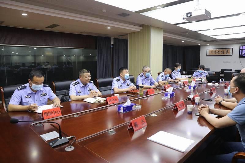 武汉维德通信公司向麻都会公安局捐赠一批无线通信设备,支持
