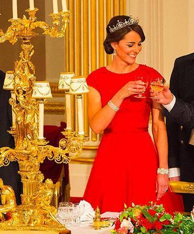 原创 菲利普亲王99岁生日和老伴共进午餐,当年贫困一个王冠改戒指手链送女王