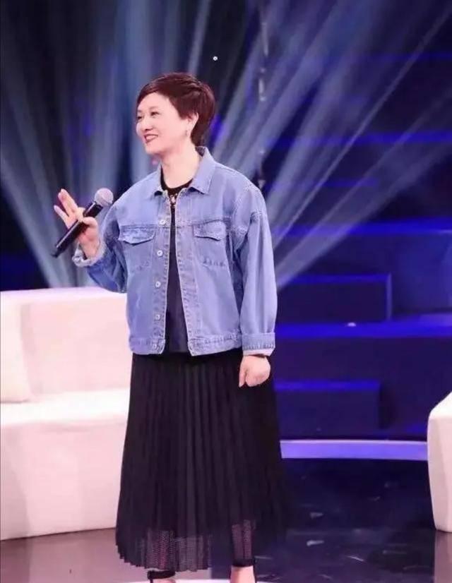62岁邓婕打扮起来真年轻,穿牛仔外套清新减龄,值得中年女人借鉴