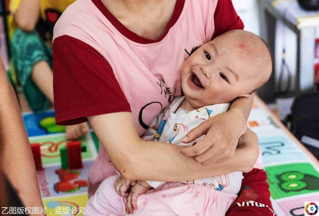 原创宝宝患罕见病靠呼吸机续命,爸妈流泪:打一针不吃不喝要攒15年