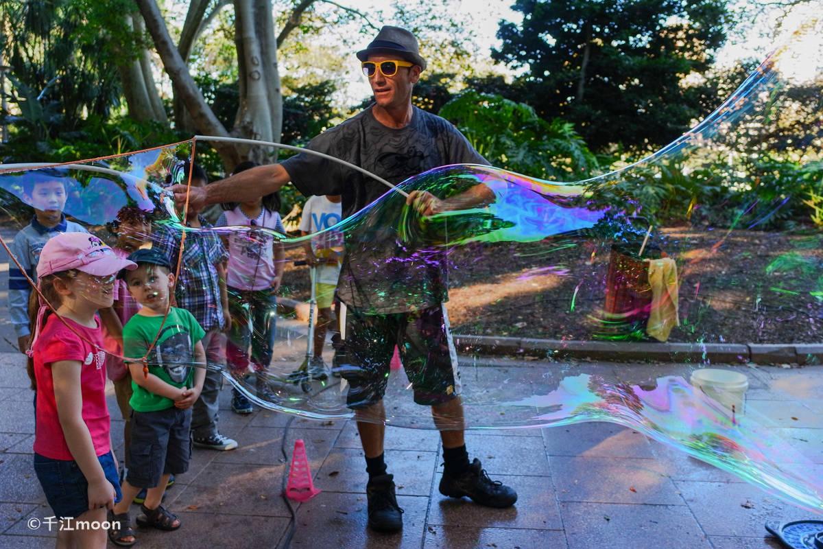 """悉尼""""神奇泡泡先生""""让人体验到最简单的快乐!"""