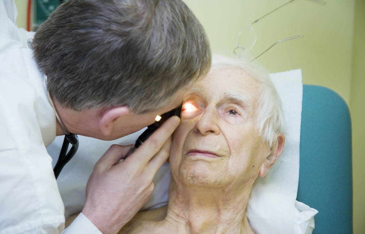 老年人眼底黄斑病变有哪些危害?怎么治疗和预防,这点至关重要