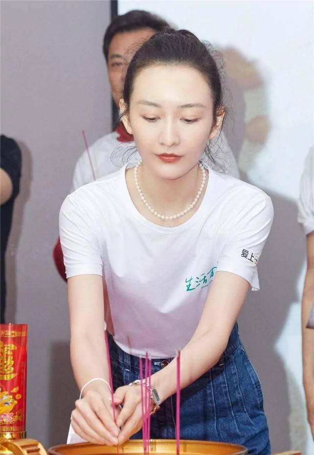 王鸥新剧开机笑容甜美!身穿白色T恤搭牛仔裤,清新自然又减龄