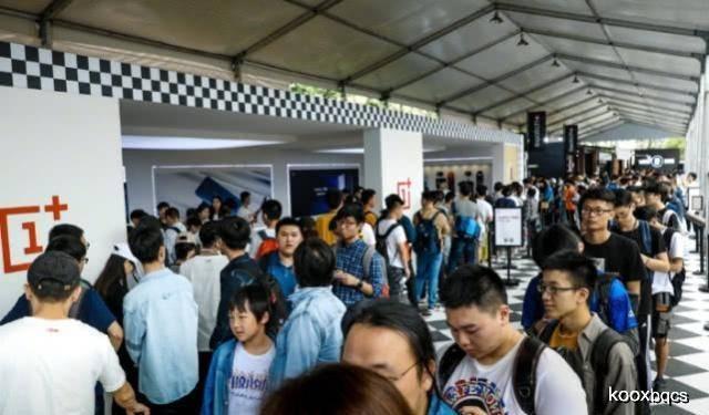 原创             旅途中各国人民的排队方式,泰国用鞋子排队,那么中国呢?