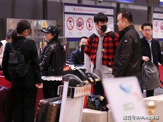 陈凯歌一家三口走机场,父亲沉稳母亲时尚,儿子潮范十足,很养眼