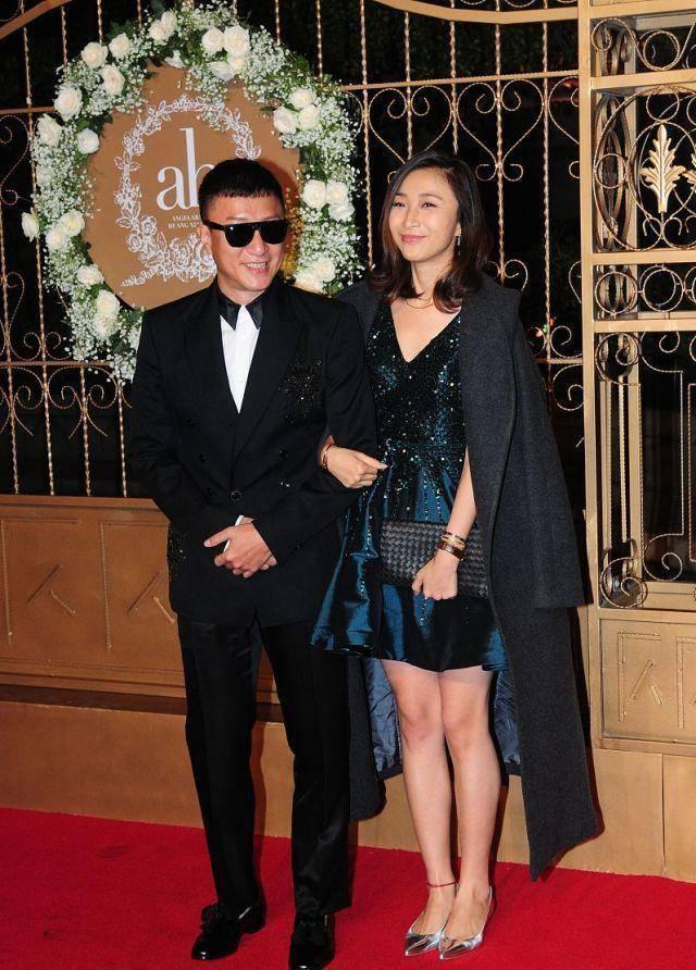 孙红雷和王骏迪现身活动,她穿连衣裙优雅大气,他穿西服帅气十足