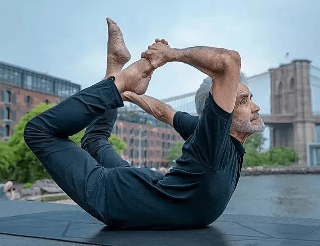 """巴西81岁""""老顽童""""痴迷瑜伽倒立全靠头,网友:这精力我给101分 减肥方法 第2张"""