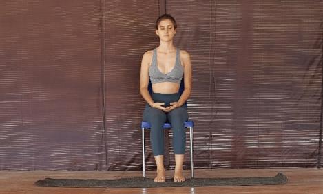 脊柱最怕久坐!一套椅子瑜伽轻松缓解脊背疲劳感,初学者必备_上身 知识百科 第1张