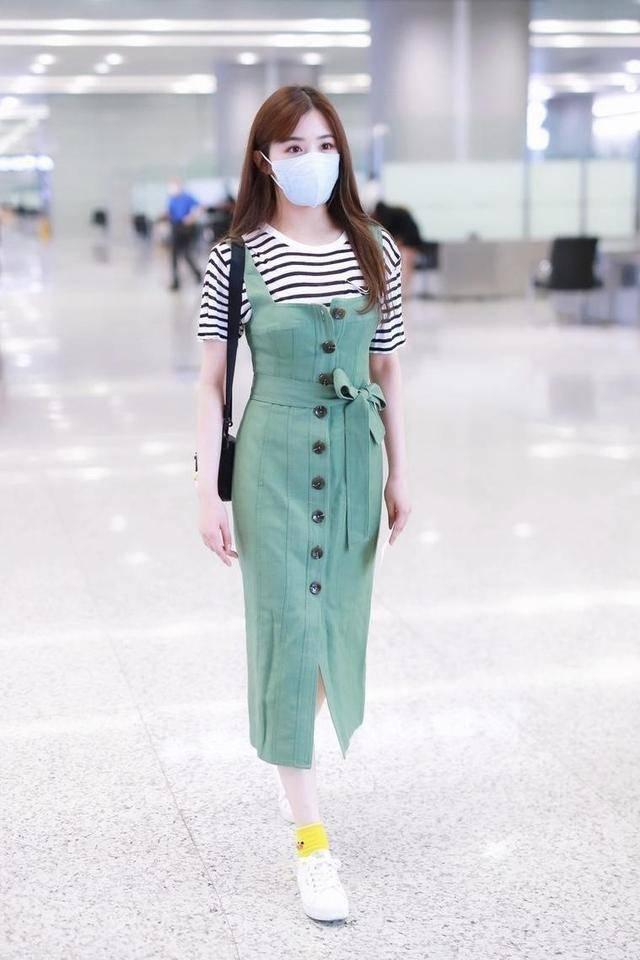张含韵低调现身机场!穿香芋紫T恤配搭阔腿裤,新潮时尚