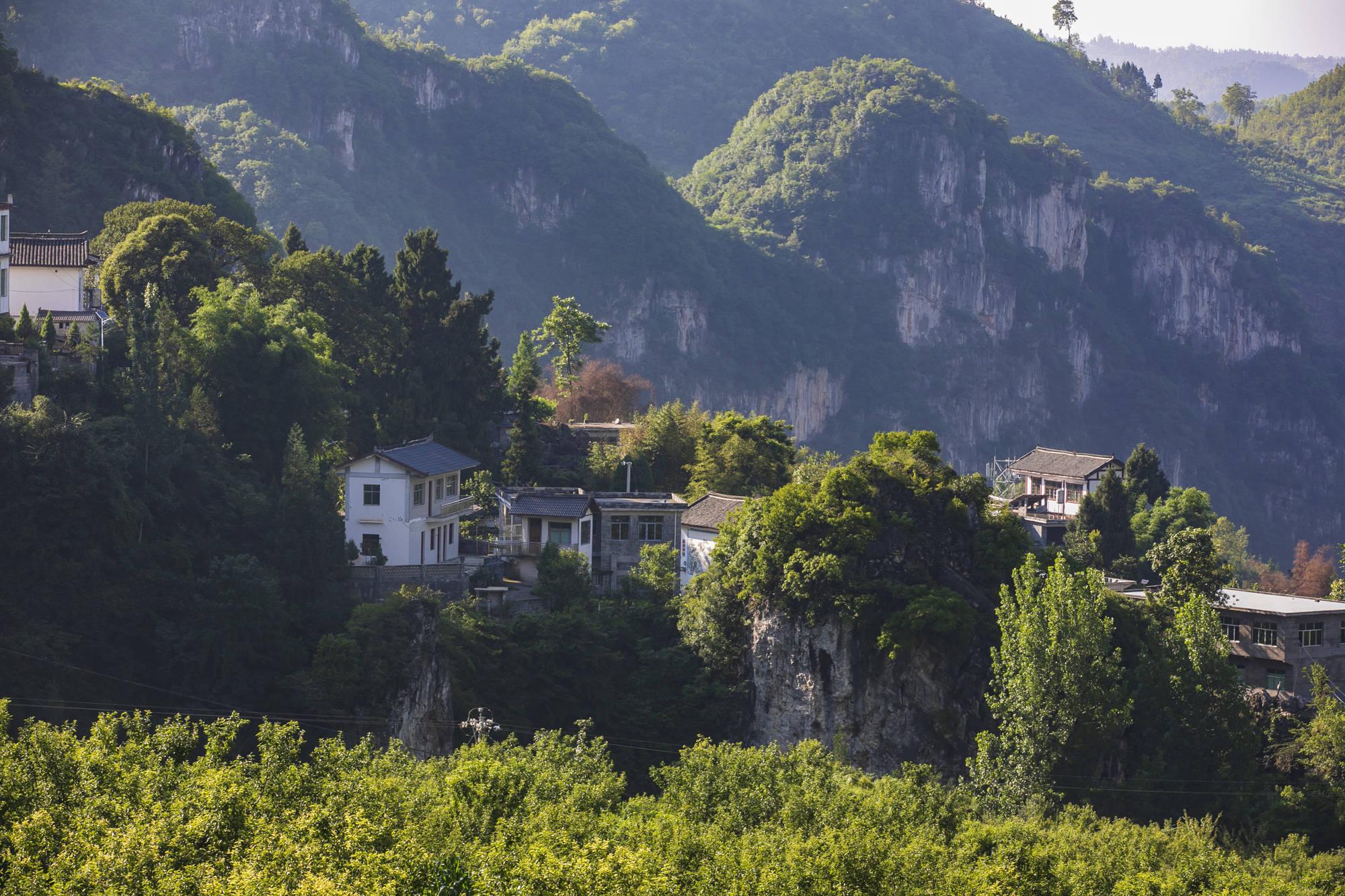 """原创实拍贵州山村里的""""桃源""""生活,庭院美丽如花园,人均收入超万元"""
