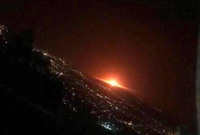 伊朗传出异常巨响,德黑兰附近军事基地发生爆炸,夜空被火光照亮