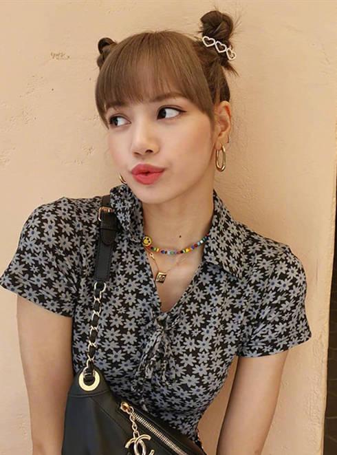 穿上小雏菊碎花裙的赵丽颖,看起来年轻了10岁,Lisa更是俏皮时髦