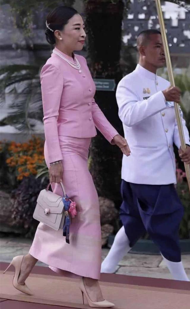 原创 泰王大女儿穿芭比粉比继母更老!黑皮肤吃大亏,陪王后现身变配角