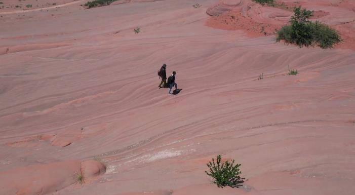 原创 同是踩踏丹霞地貌,为何拘村民放网红和外籍女子