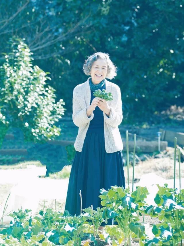 什么是时尚?74岁日本奶奶实力走红,用态度证明老年人更要优雅