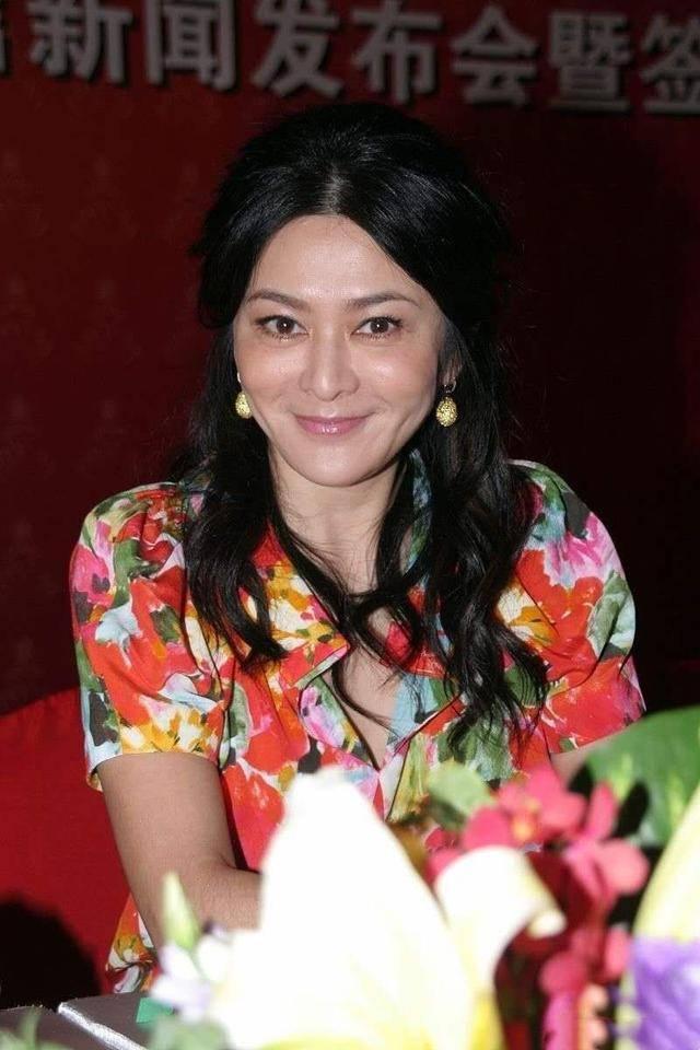 关之琳早年美的自然,脸上虽有老态,但穿大花裙不会装年轻!