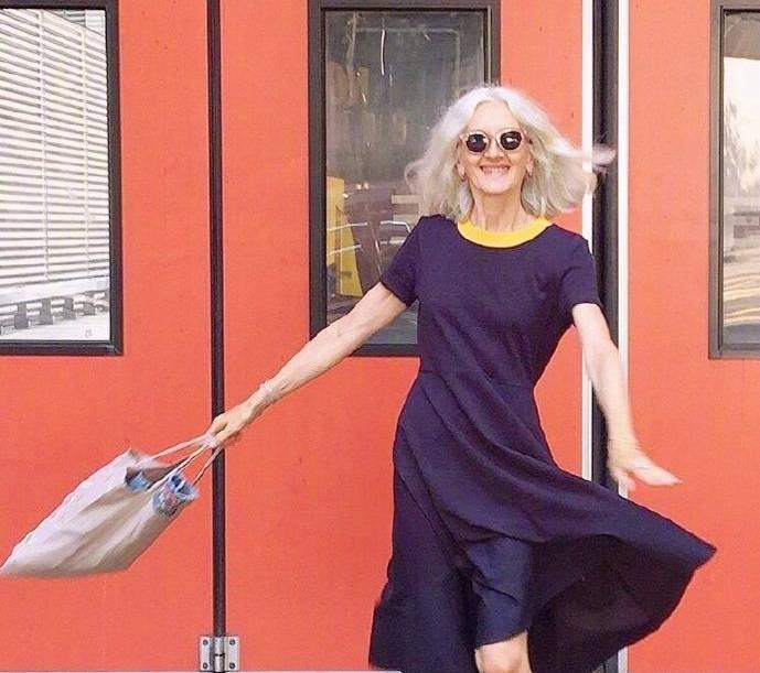 打破年龄的定义,法国70岁时尚博主真会穿,色彩搭配更是出色