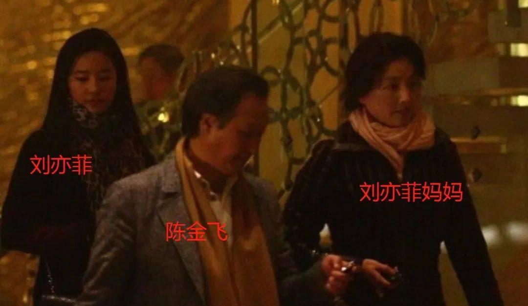 小30岁父女恋告吹?曾羞辱刘亦菲哄骗冯小刚的杨采钰,还是被天仙干爹抛弃了