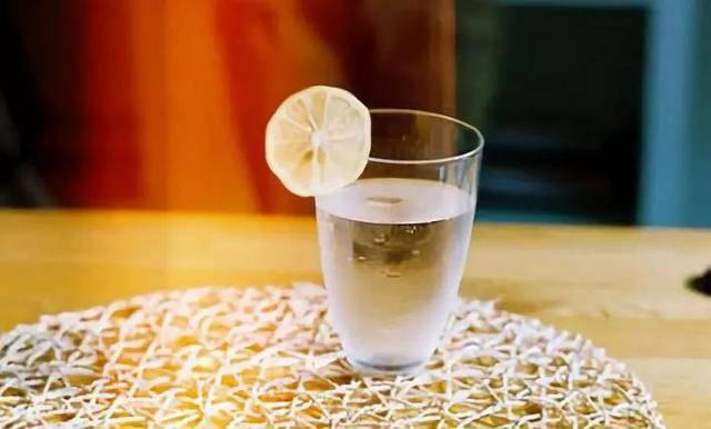 """原创""""隔夜""""的白开水能不能喝?当然能,有三类人务必要多喝水"""