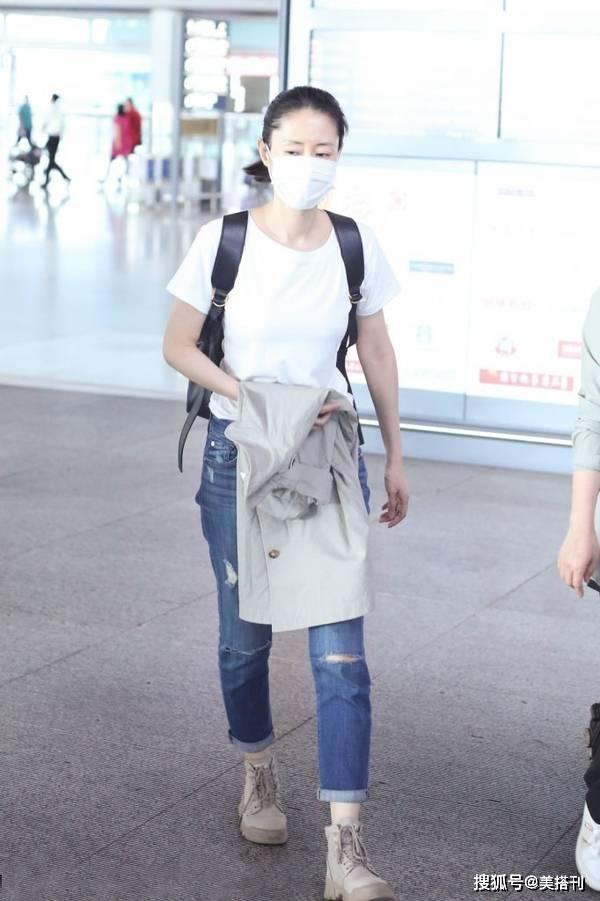 原创             44岁刘敏涛真敢穿,一身牛仔装长腿无敌,打扮比年轻人还时髦
