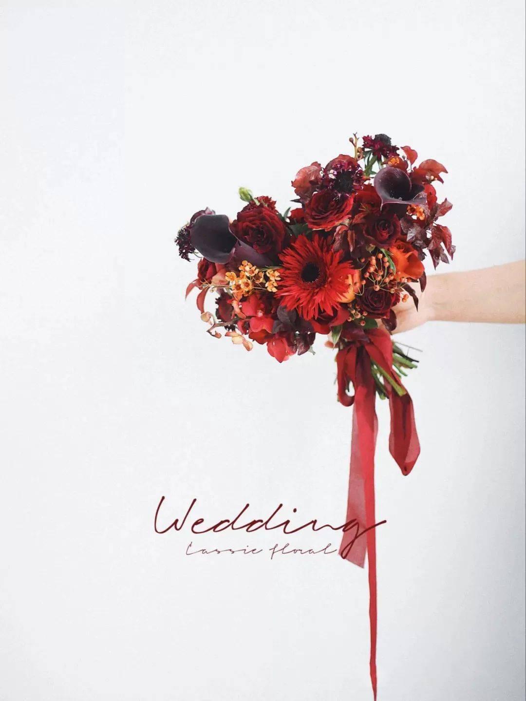 红色的手捧花充斥着爱情的肆意美好,也是活泼且浪漫的手捧花系列.