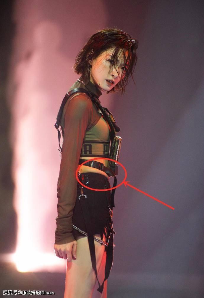 原创姐姐公演,张雨绮抹胸外穿潮流个性,万茜紧身装勒出赘肉略显尴尬