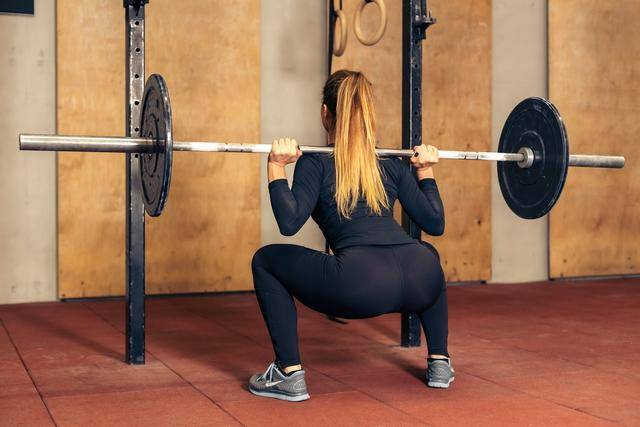 女生坚持力量训练,会有什么好处?延缓衰老,拥有曲线身材